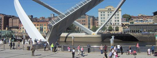 Única ponte basculante do mundo fica na Inglaterra